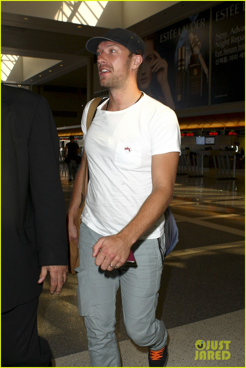 chris martin catches flight out of los angeles 092959102