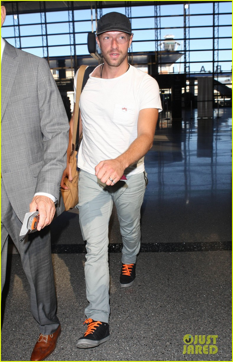 chris martin catches flight out of los angeles 102959103