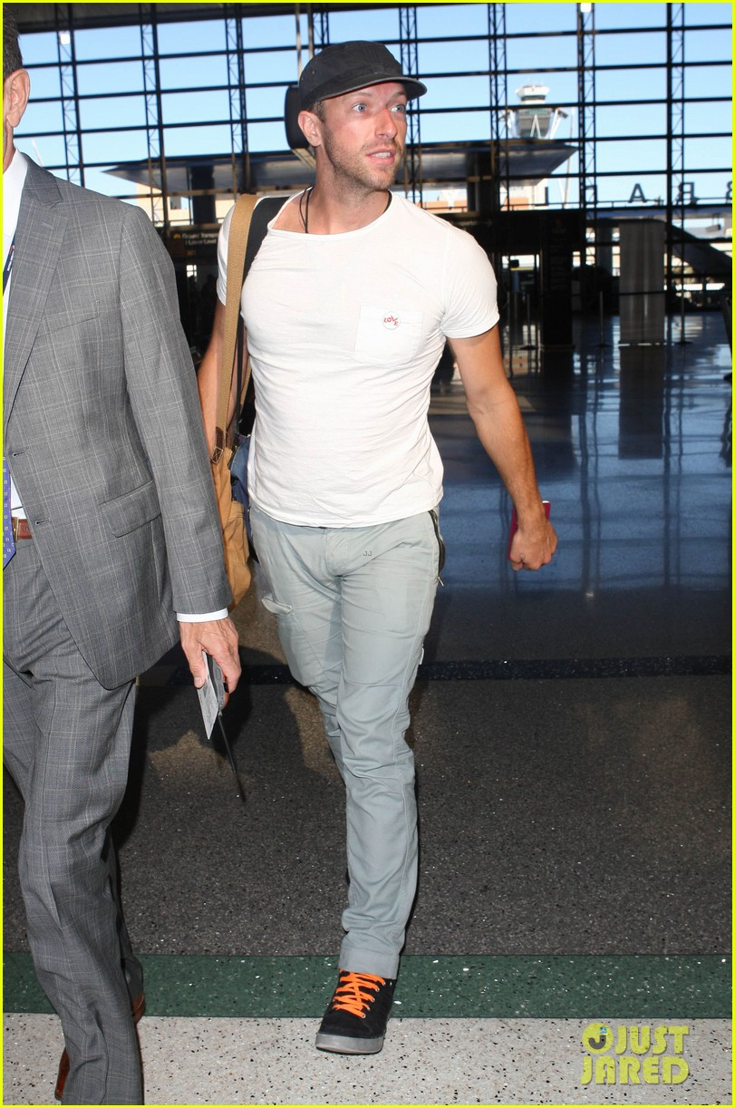 chris martin catches flight out of los angeles 12