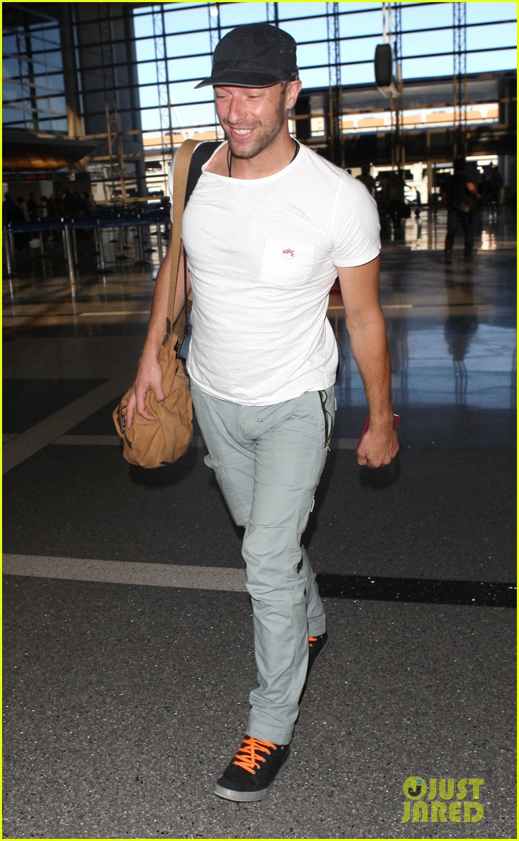 chris martin catches flight out of los angeles 142959107