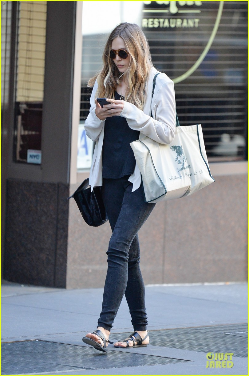 elizabeth olsen subway rider in the big apple 012945372