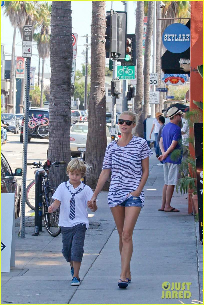 gwyneth paltrow chris martin spend sunday with moses 01