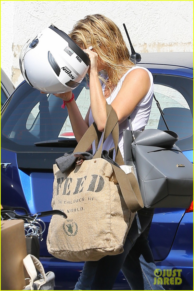 gwyneth paltrow rides her vespa to the gym 022949481