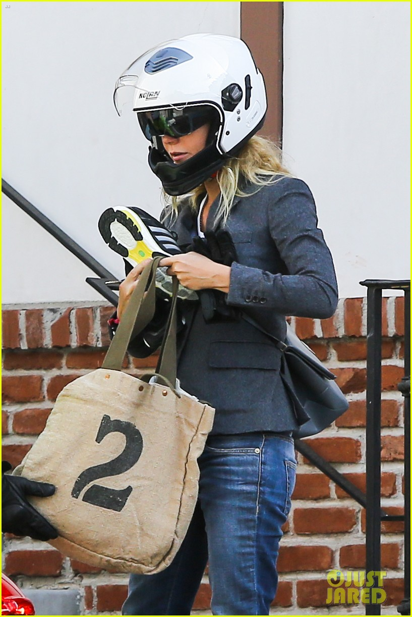 gwyneth paltrow rides her vespa to the gym 092949488