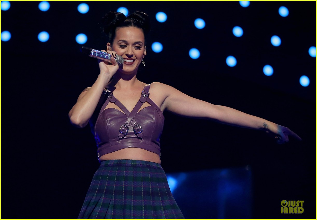 katy perry bares midriff at iheartradio music festival 182956560