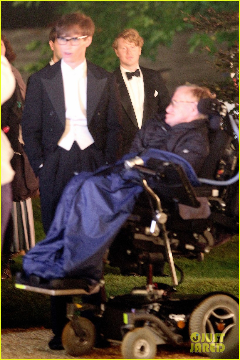 eddie redmayne greets stephen hawking on movie set 01