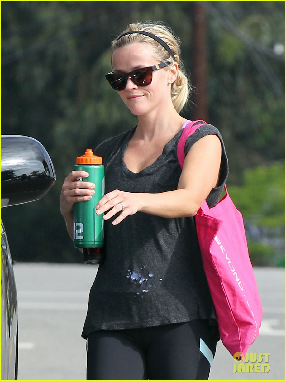 reese witherspoon takes care of business in brentwood 042955379