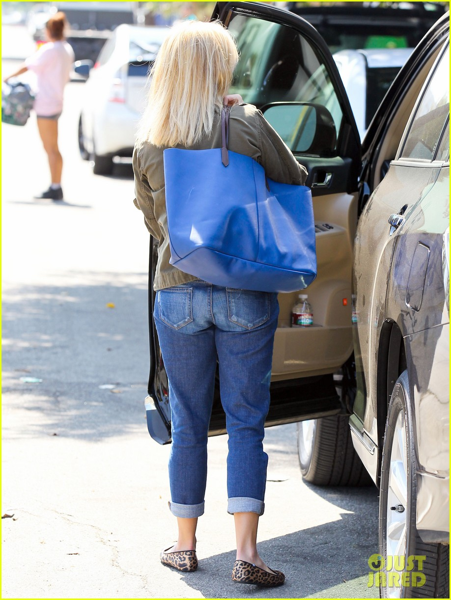 reese witherspoon takes care of business in brentwood 10