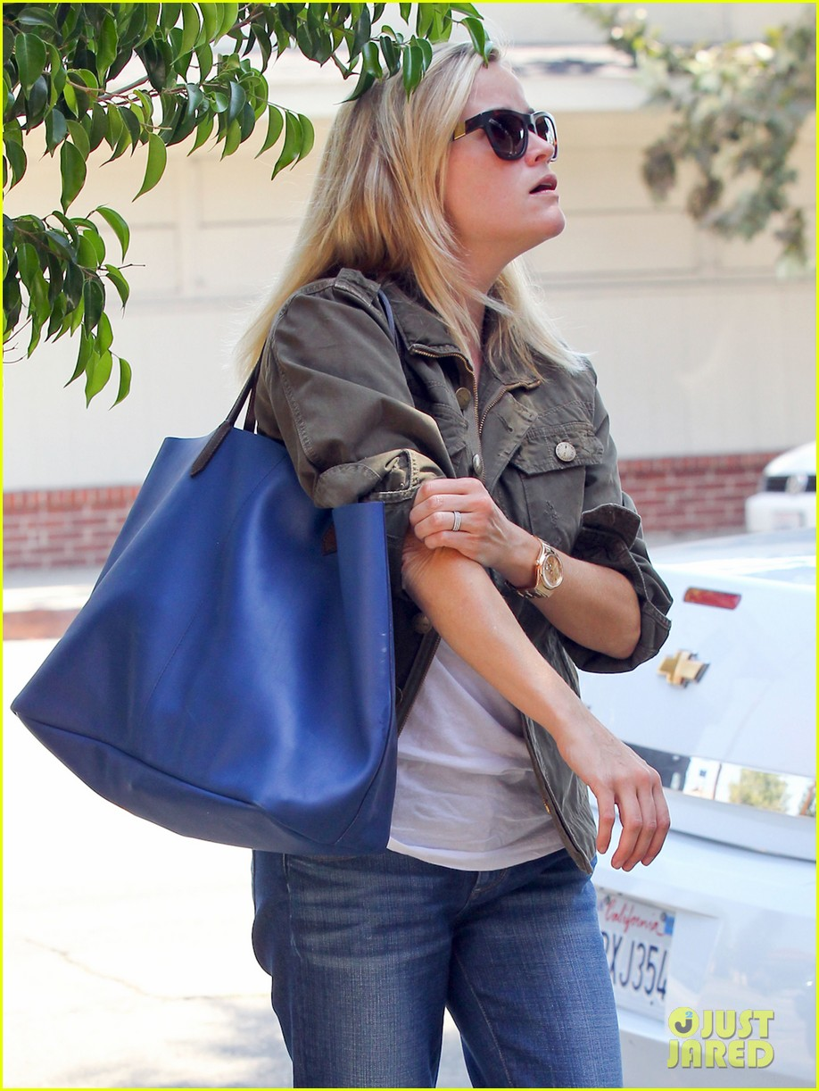 reese witherspoon takes care of business in brentwood 122955388