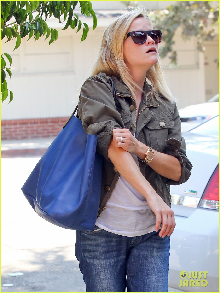 reese witherspoon takes care of business in brentwood 132955389