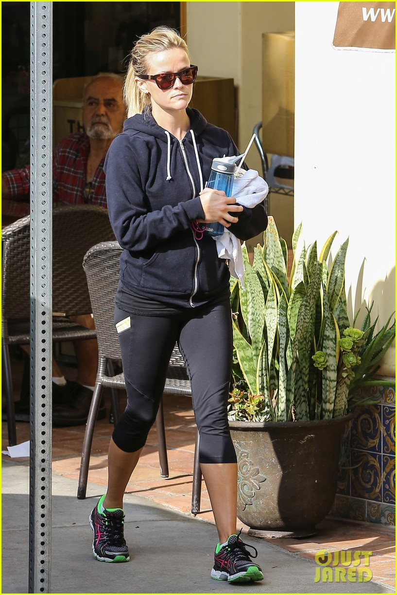 reese witherspoon takes care of business in brentwood 142955390