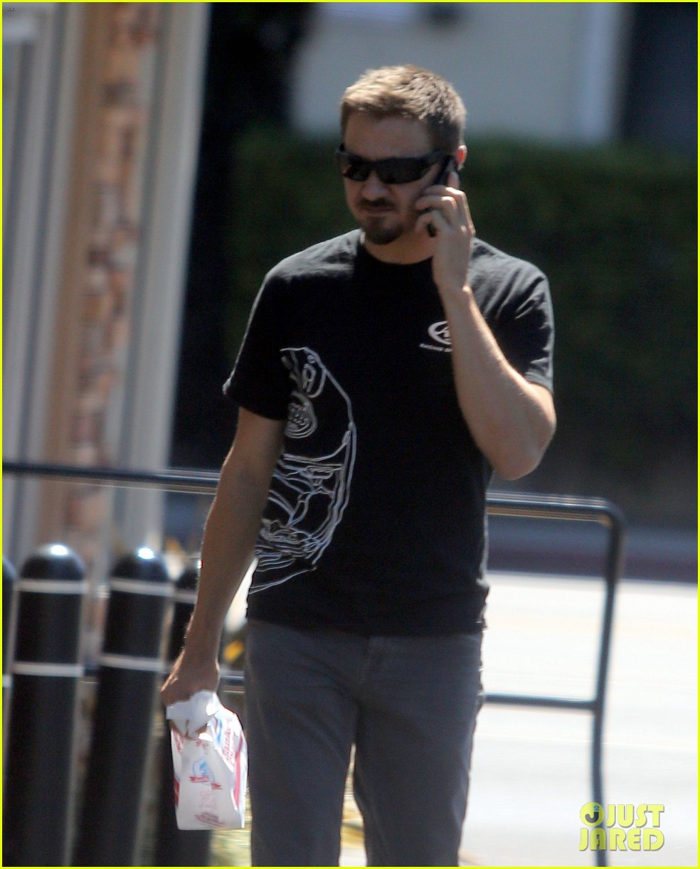 jeremy renner grabs lunch at zankou chicken 182958988