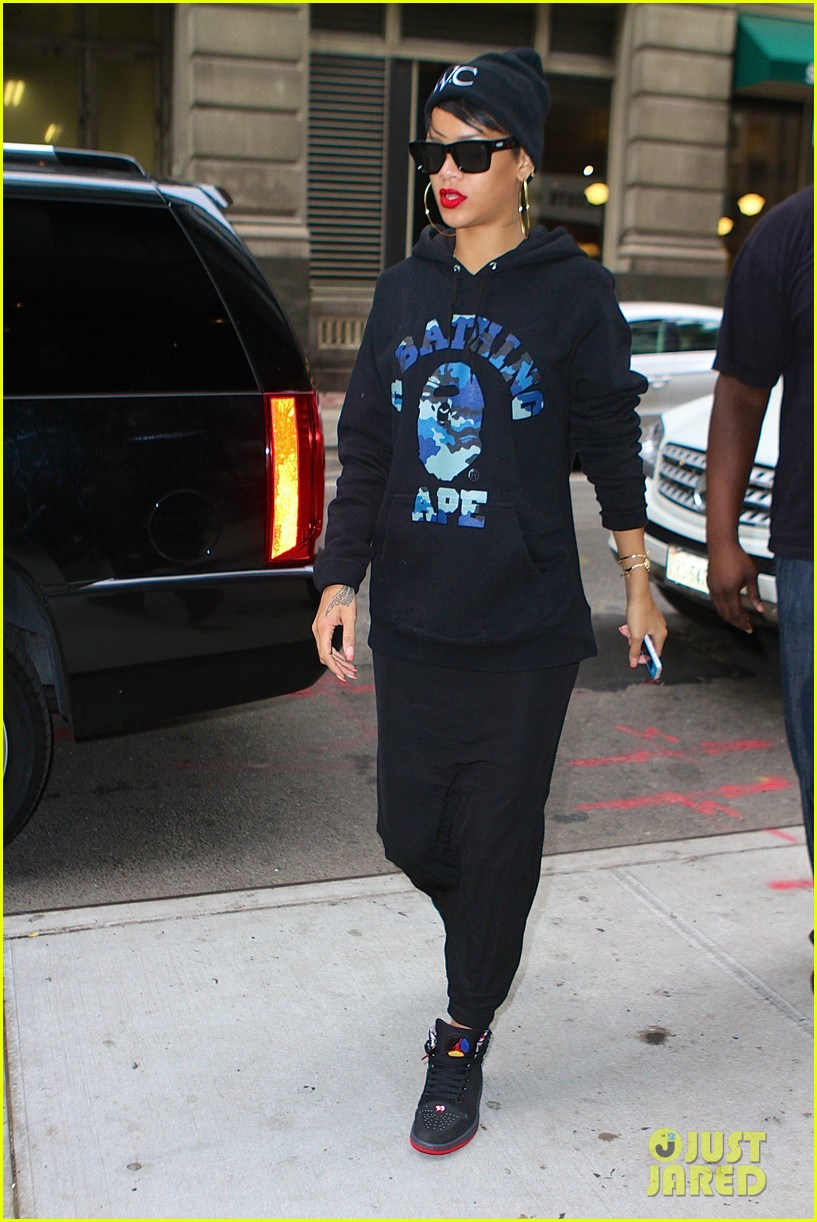 rihanna dines at favorite restaurant before jetting to nyc 012941800