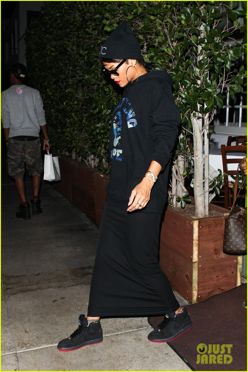 rihanna dines at favorite restaurant before jetting to nyc 072941806