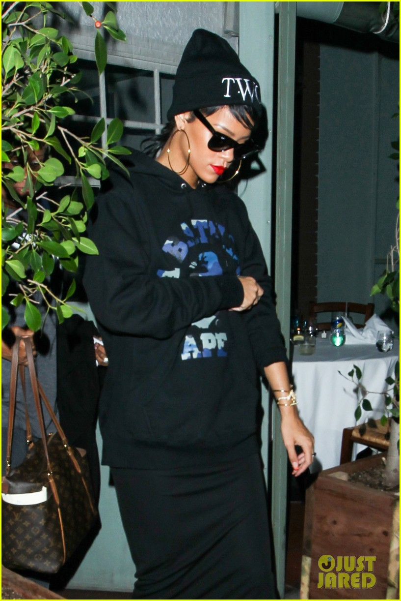 rihanna dines at favorite restaurant before jetting to nyc 192941818