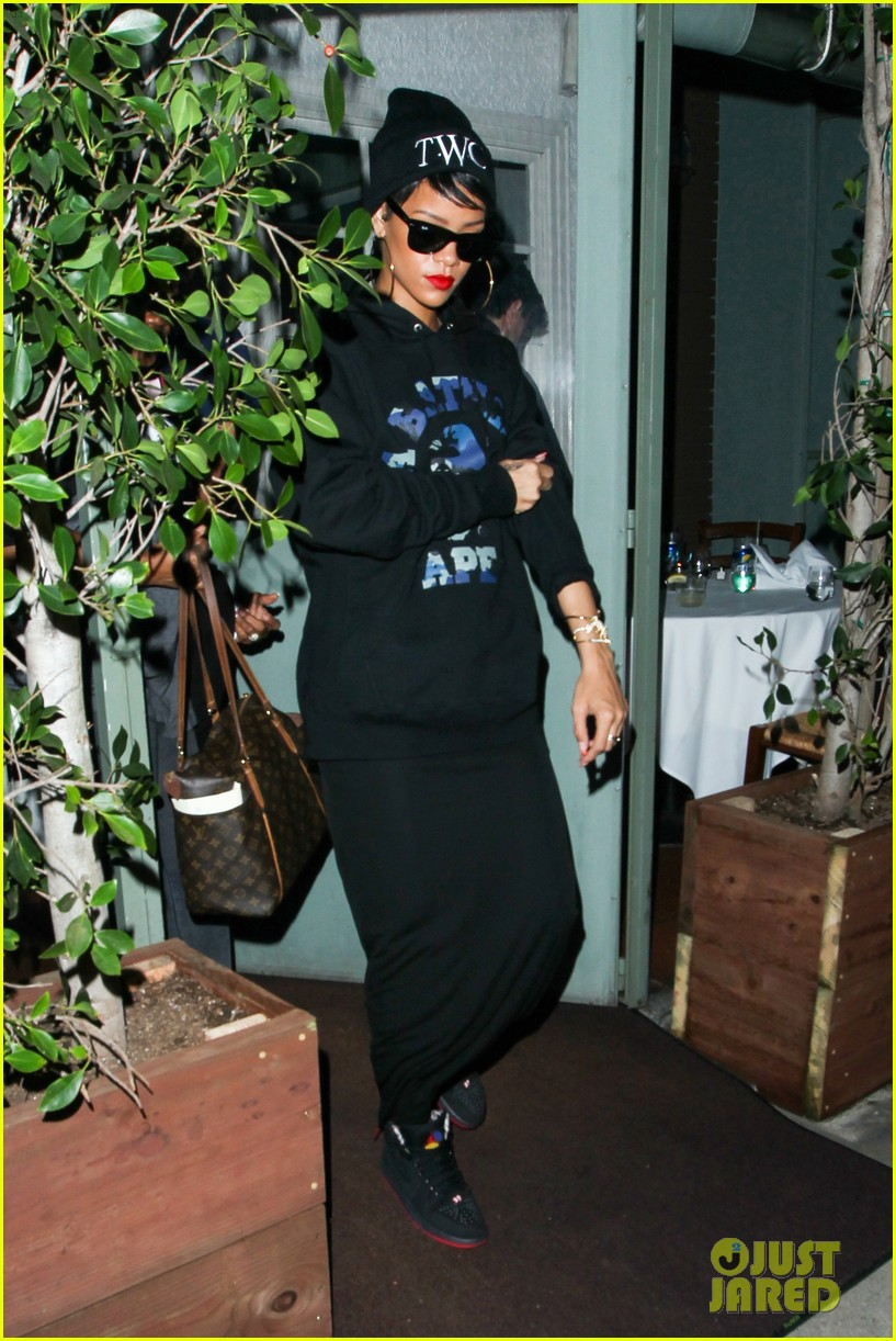 rihanna dines at favorite restaurant before jetting to nyc 202941819