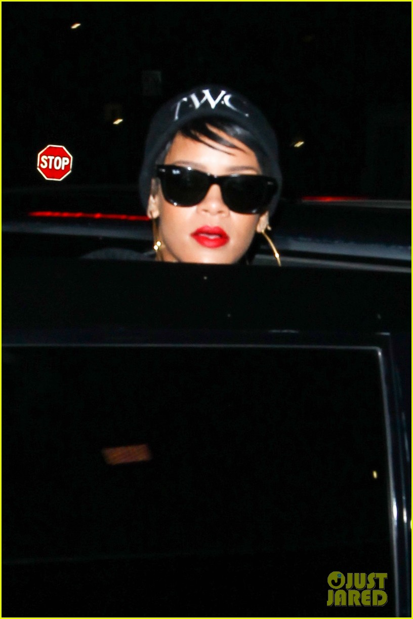 rihanna dines at favorite restaurant before jetting to nyc 22