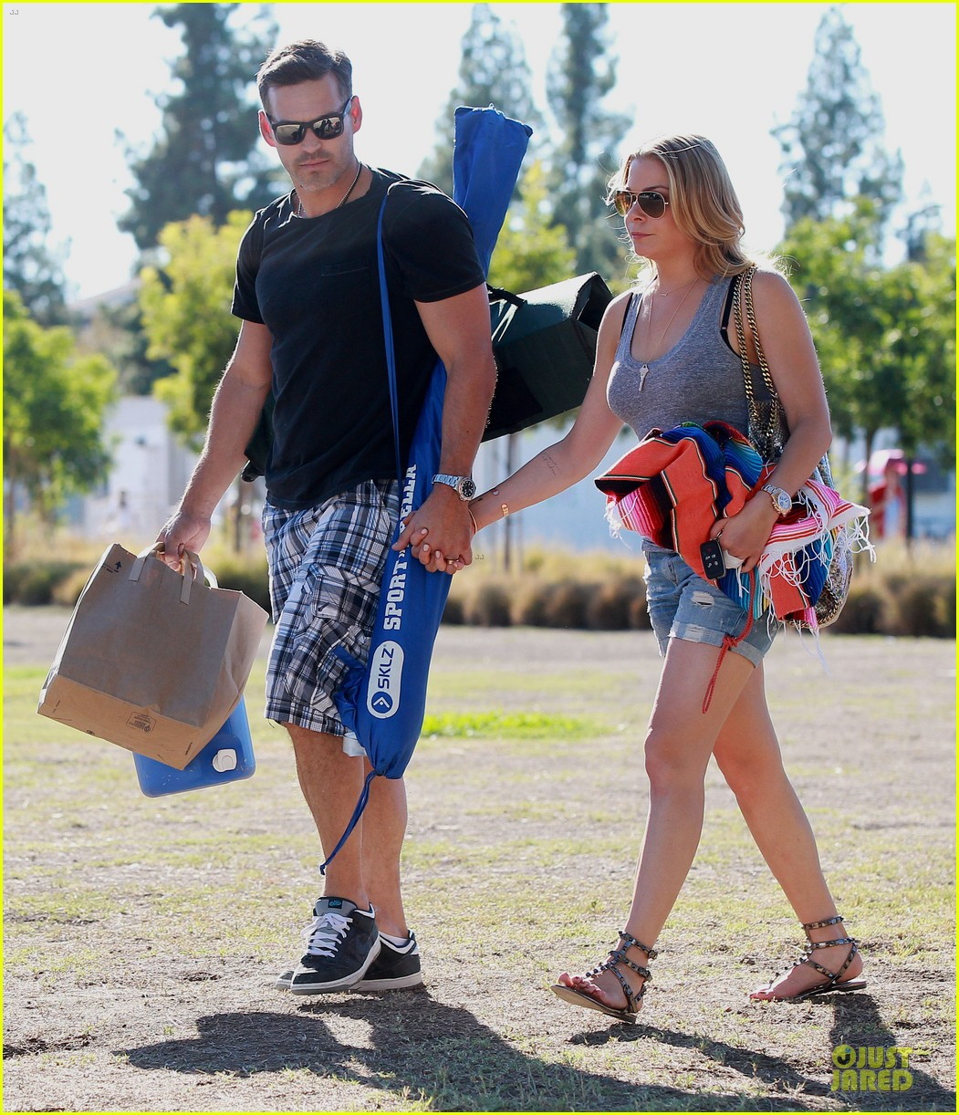 leann rimes eddie cibrian hold hands for mason game 012962060