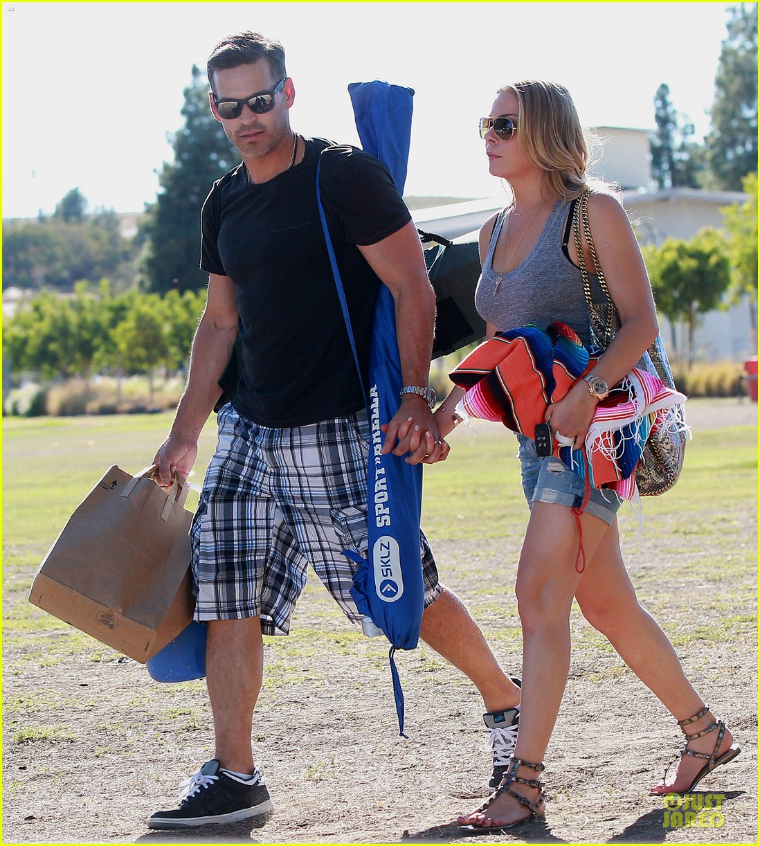 leann rimes eddie cibrian hold hands for mason game 162962075