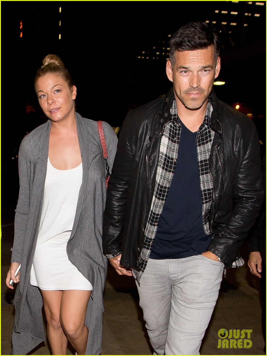 leann rimes eddie cibrian grab dinner before flight to uk 02