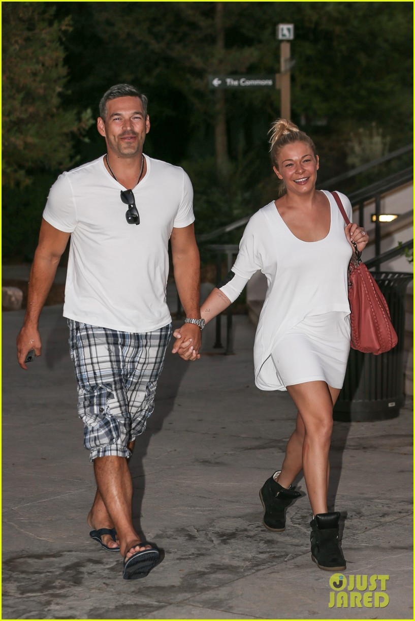 leann rimes eddie cibrian grab dinner before flight to uk 122948084