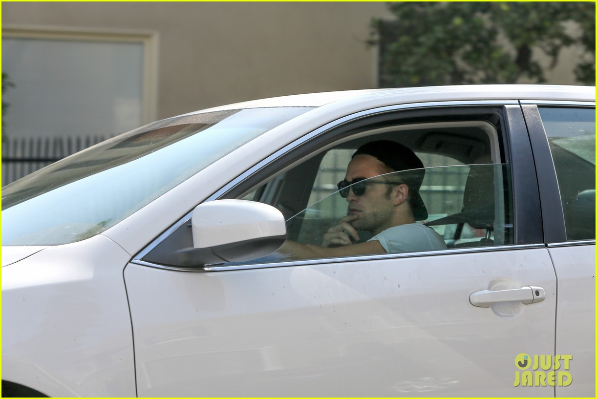 robert pattinson heads to gym solo 012959883