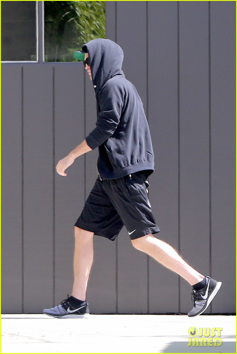 robert pattinson heads to gym solo 102959892