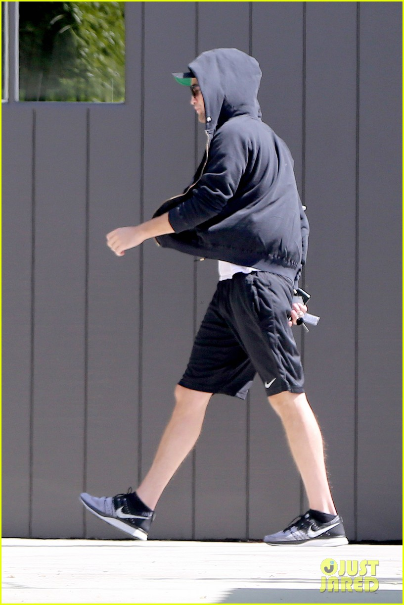 robert pattinson heads to gym solo 112959893