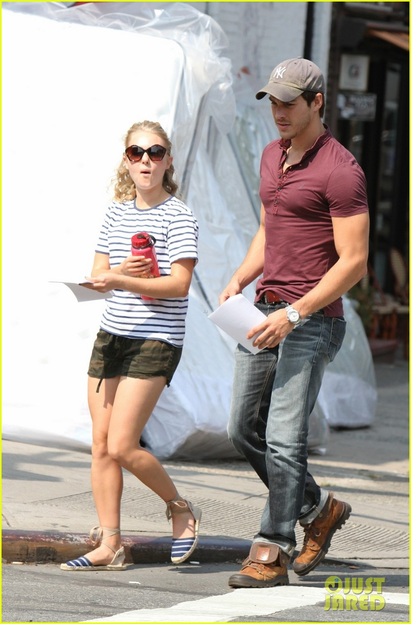 annasophia robb rocks fun outfits for carrie diaries 032951464