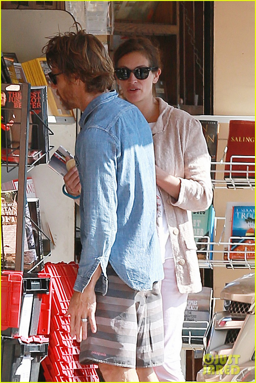julia roberts nesstand shopper with danny moder 052955191