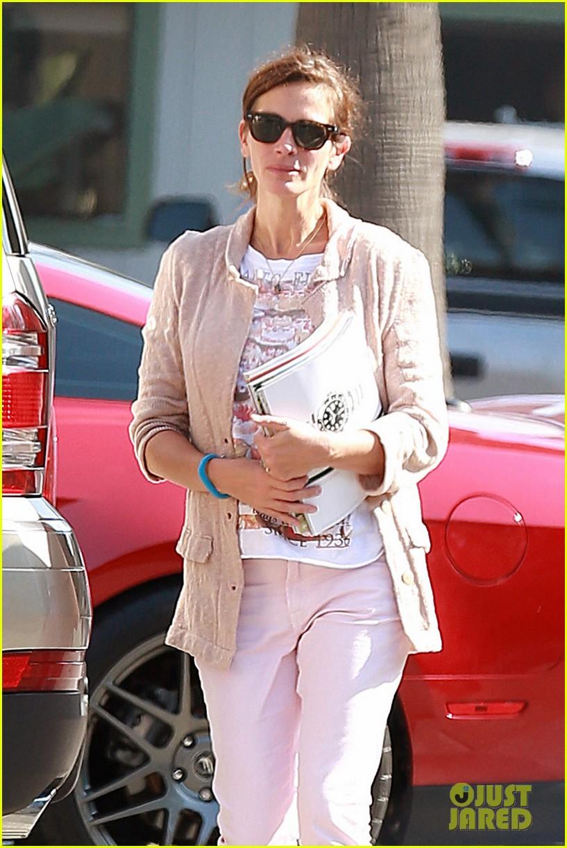 julia roberts nesstand shopper with danny moder 072955193