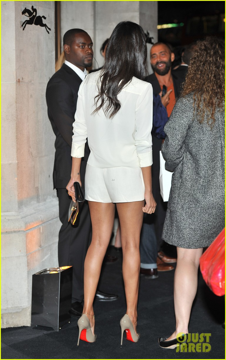 zoe saldana hides wedding ring at first post marriage event 09