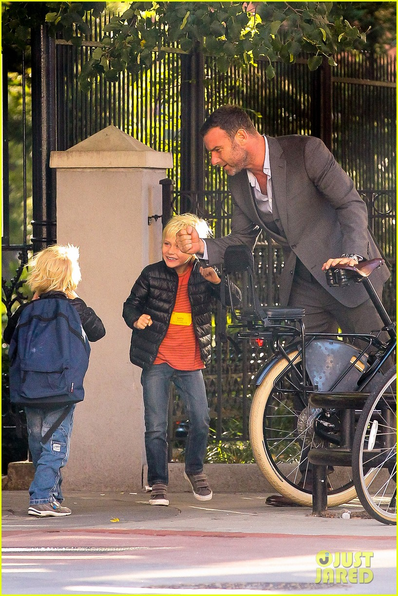 liev schreiber suits up for bike ride with his boys 152959090