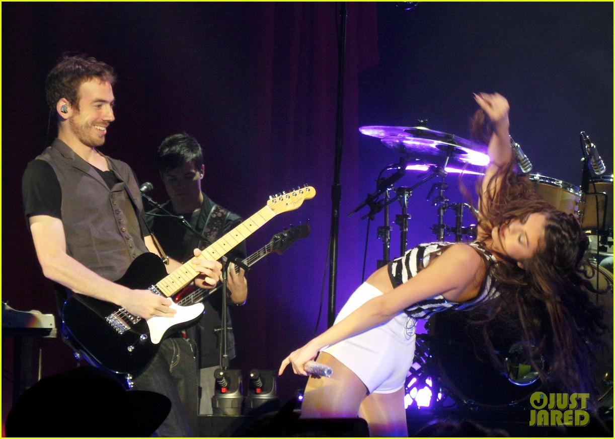 selena gomez london concert pics 082946939