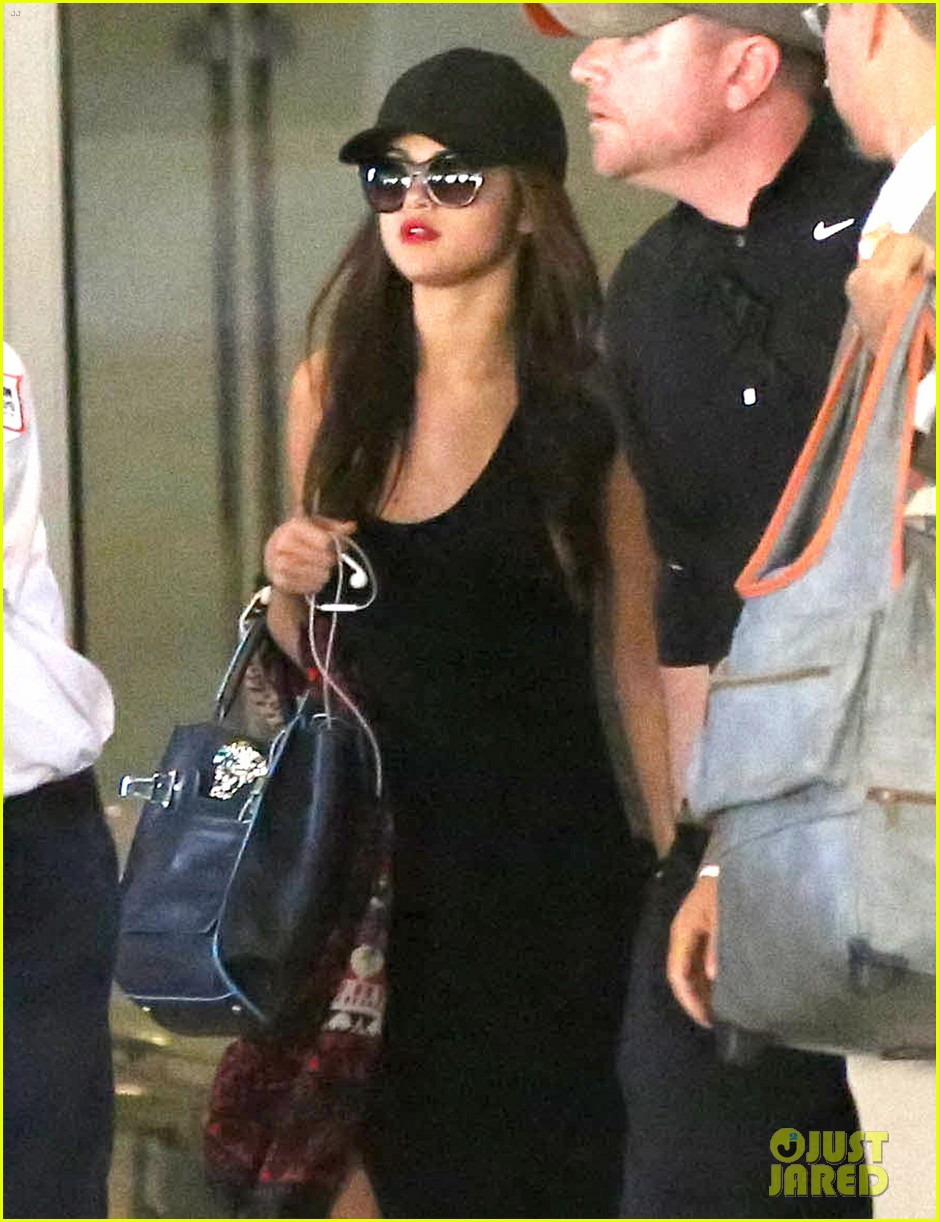 selena gomez grabs sushi after landing back in la 022962596