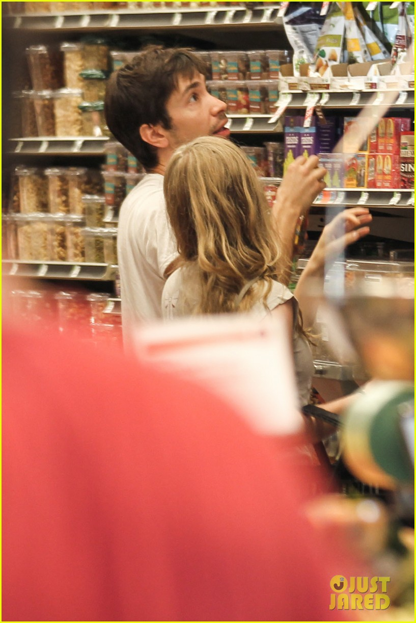 amanda seyfried justin long grocery shop for labor day 022942160