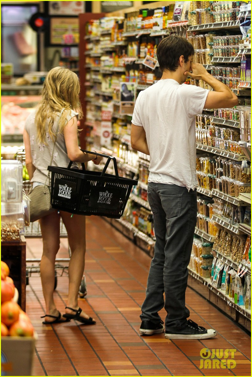 amanda seyfried justin long grocery shop for labor day 032942161
