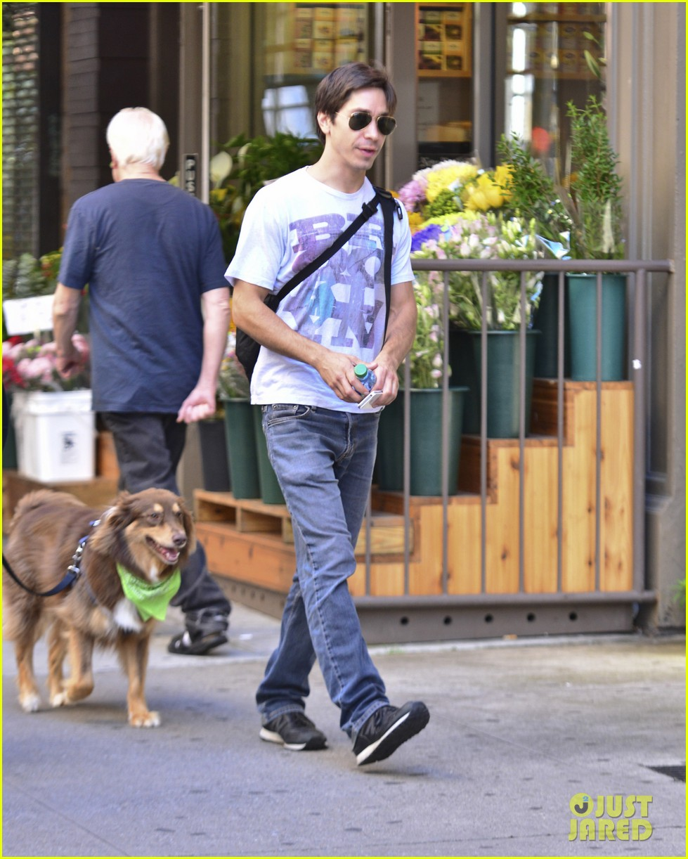 amanda seyfrieds dog finn jumps kisses justin long 032943720