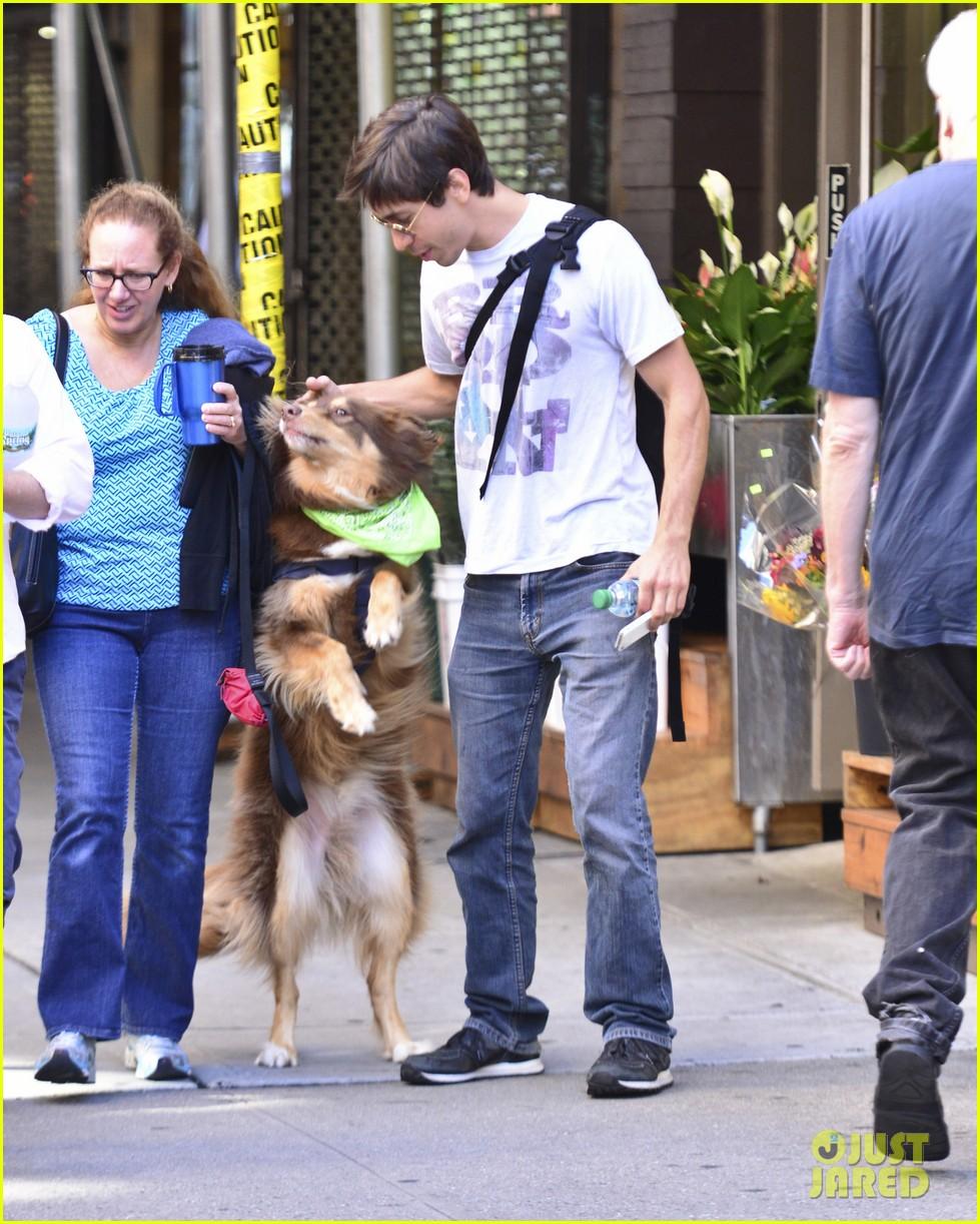amanda seyfrieds dog finn jumps kisses justin long 052943722