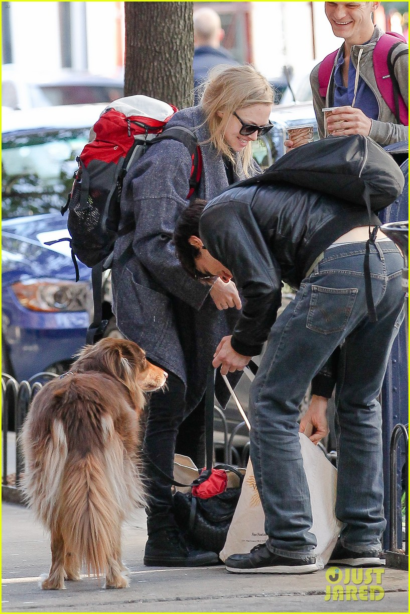 amanda seyfried justin long nyc dog walking twosome 02