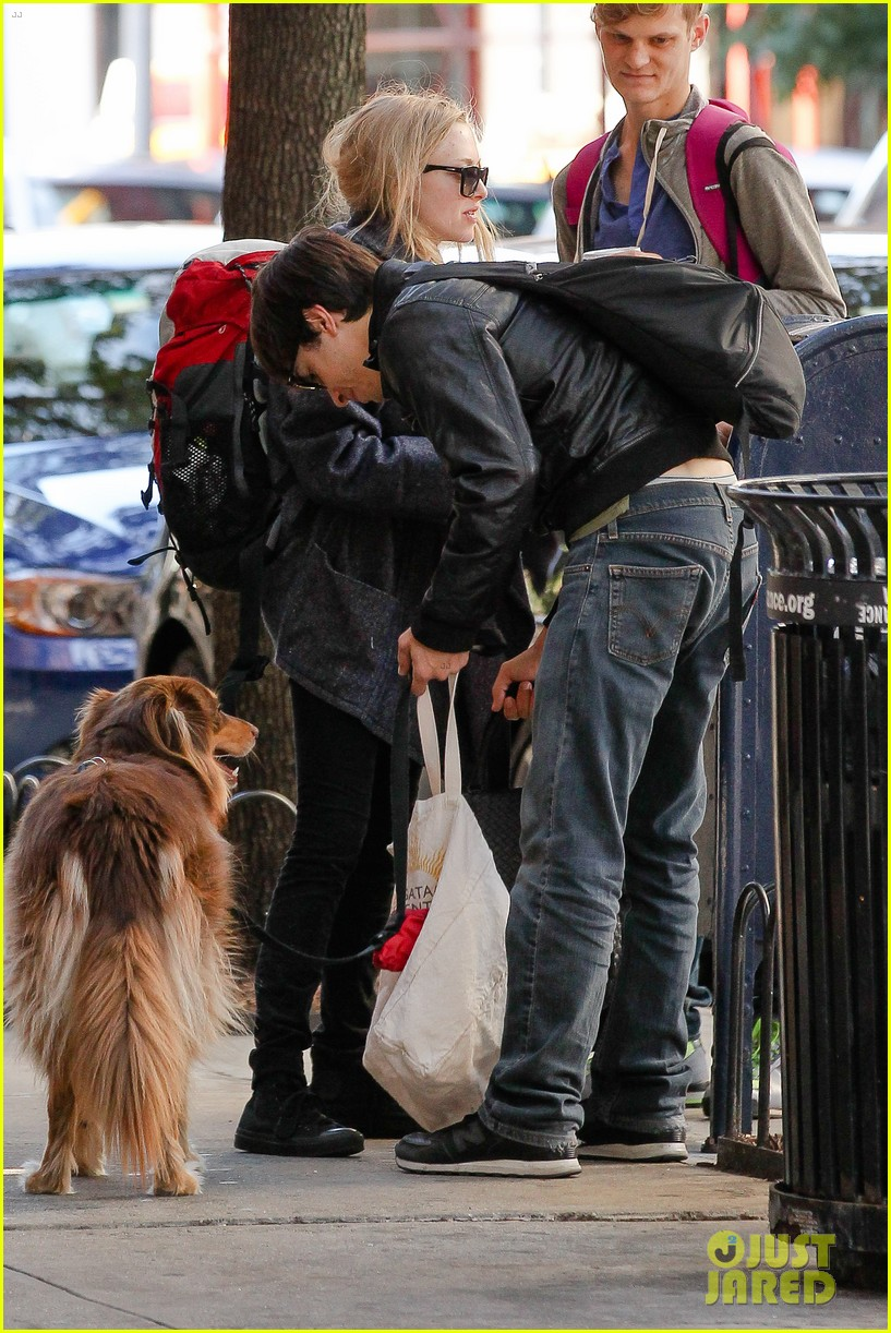 amanda seyfried justin long nyc dog walking twosome 04