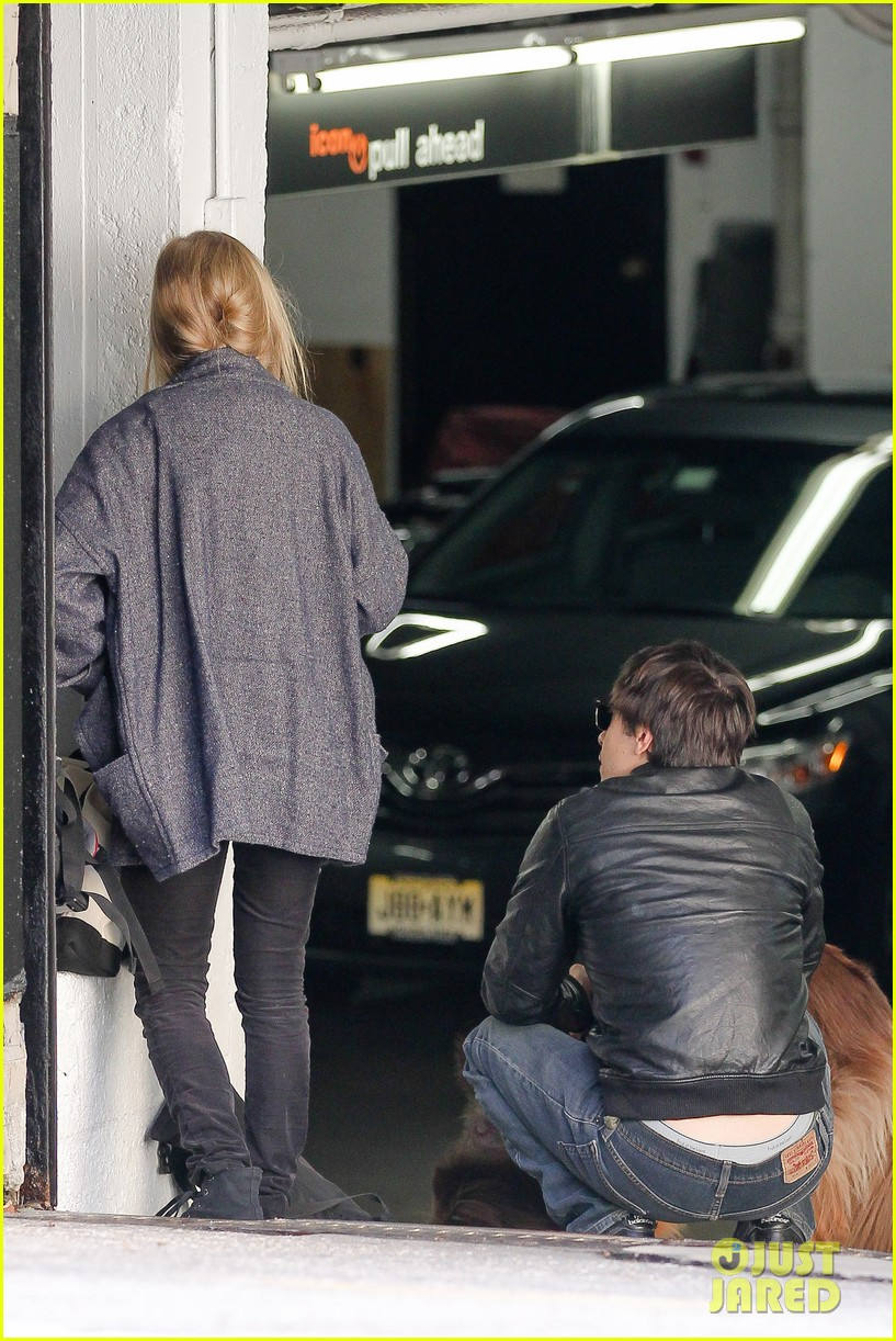 amanda seyfried justin long nyc dog walking twosome 052954009