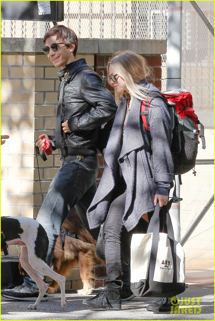 amanda seyfried justin long nyc dog walking twosome 062954010