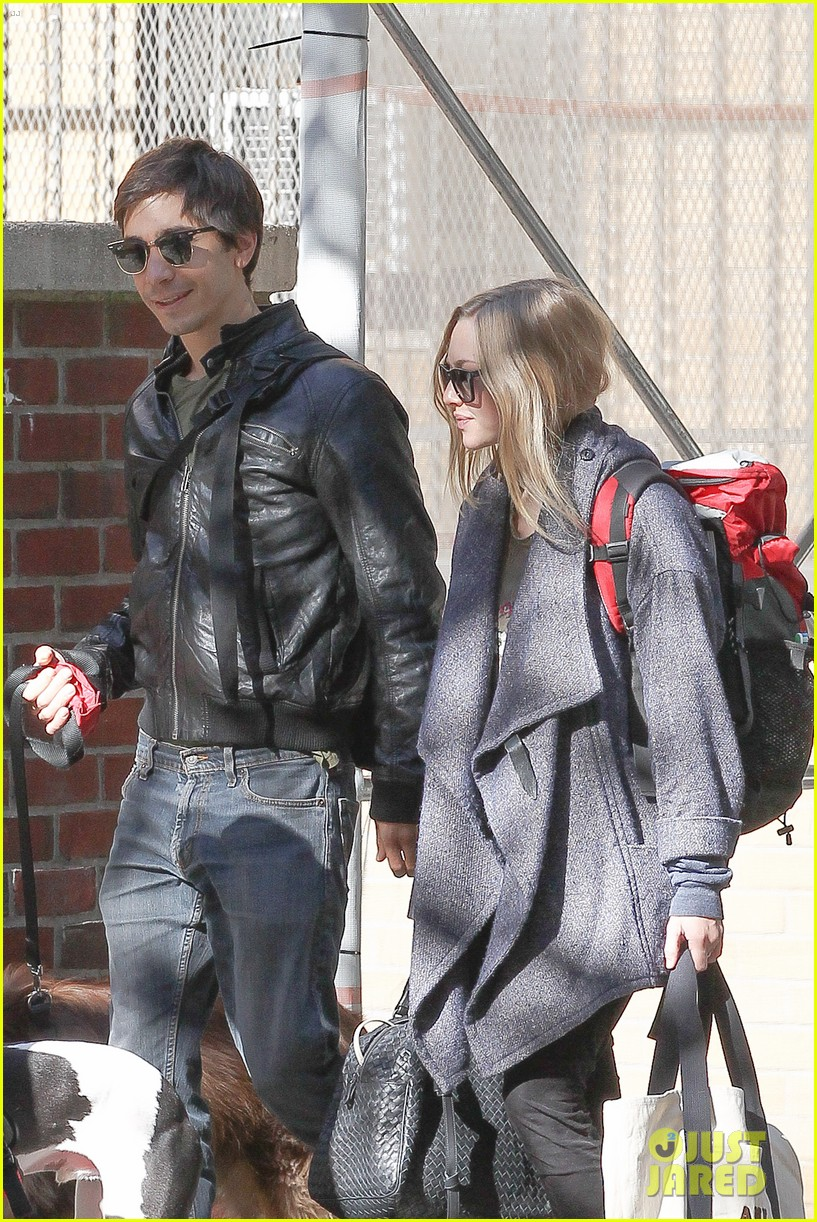 amanda seyfried justin long nyc dog walking twosome 072954011