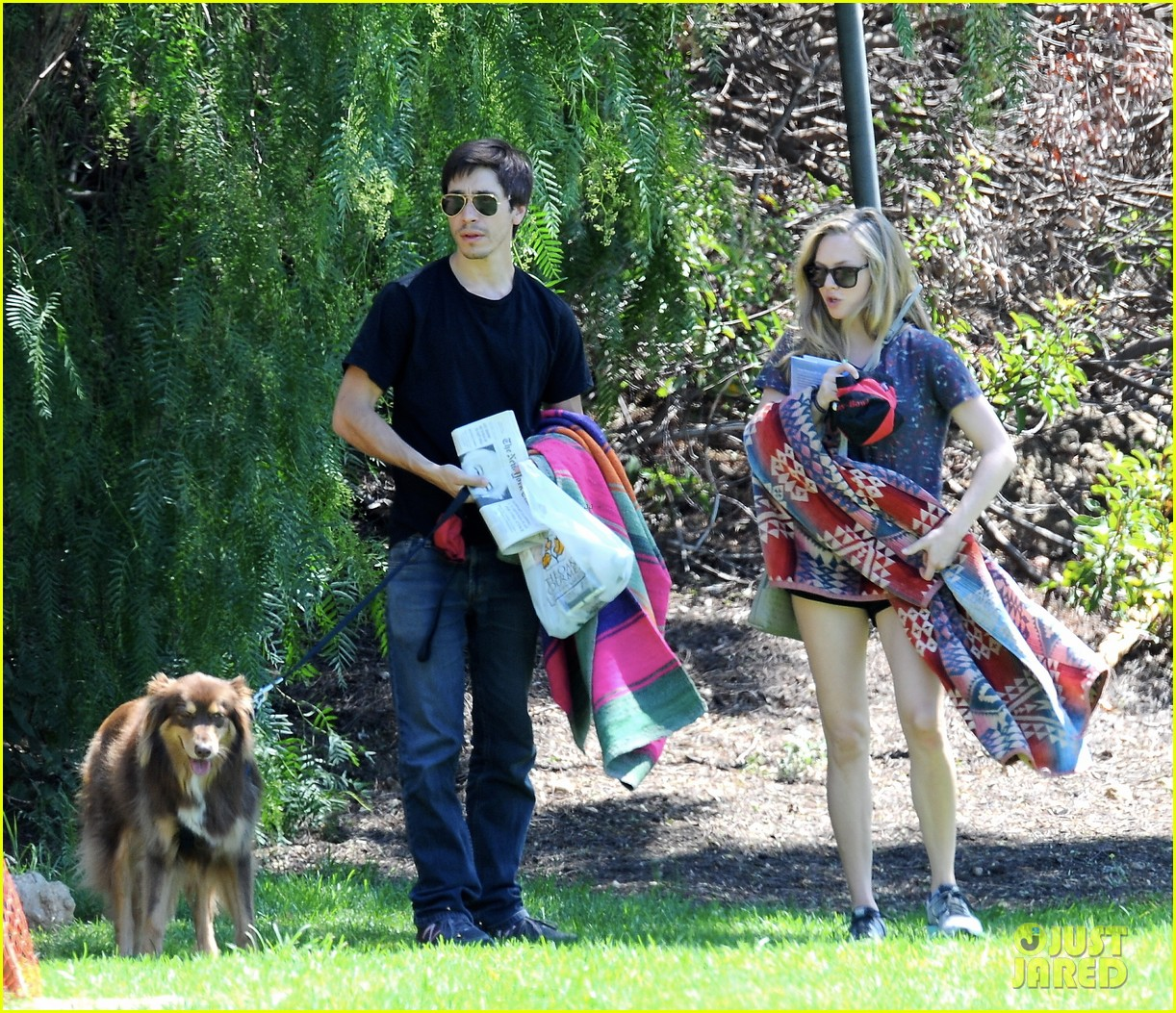 amanda seyfried justin long weekend outing with finn 072941440