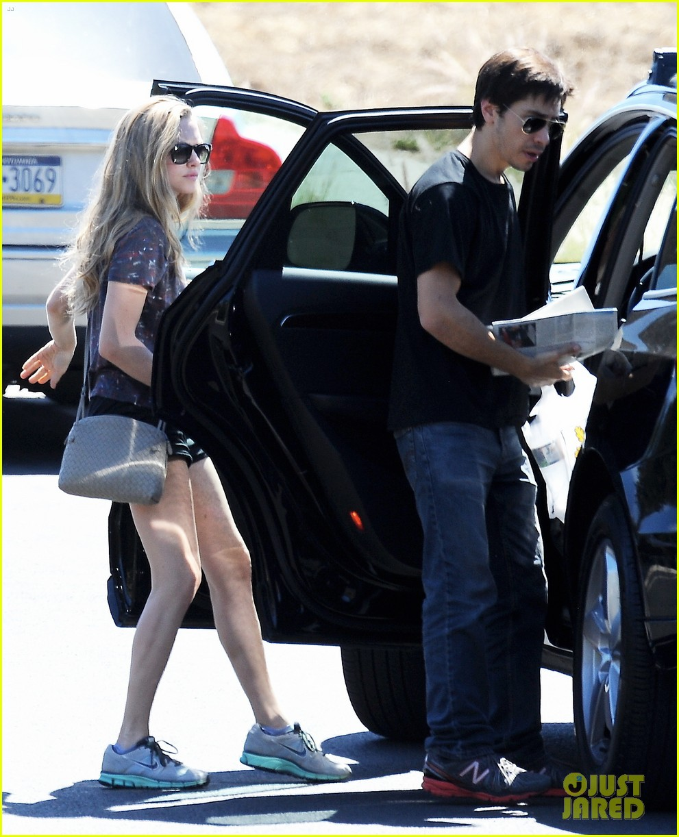 amanda seyfried justin long weekend outing with finn 092941442