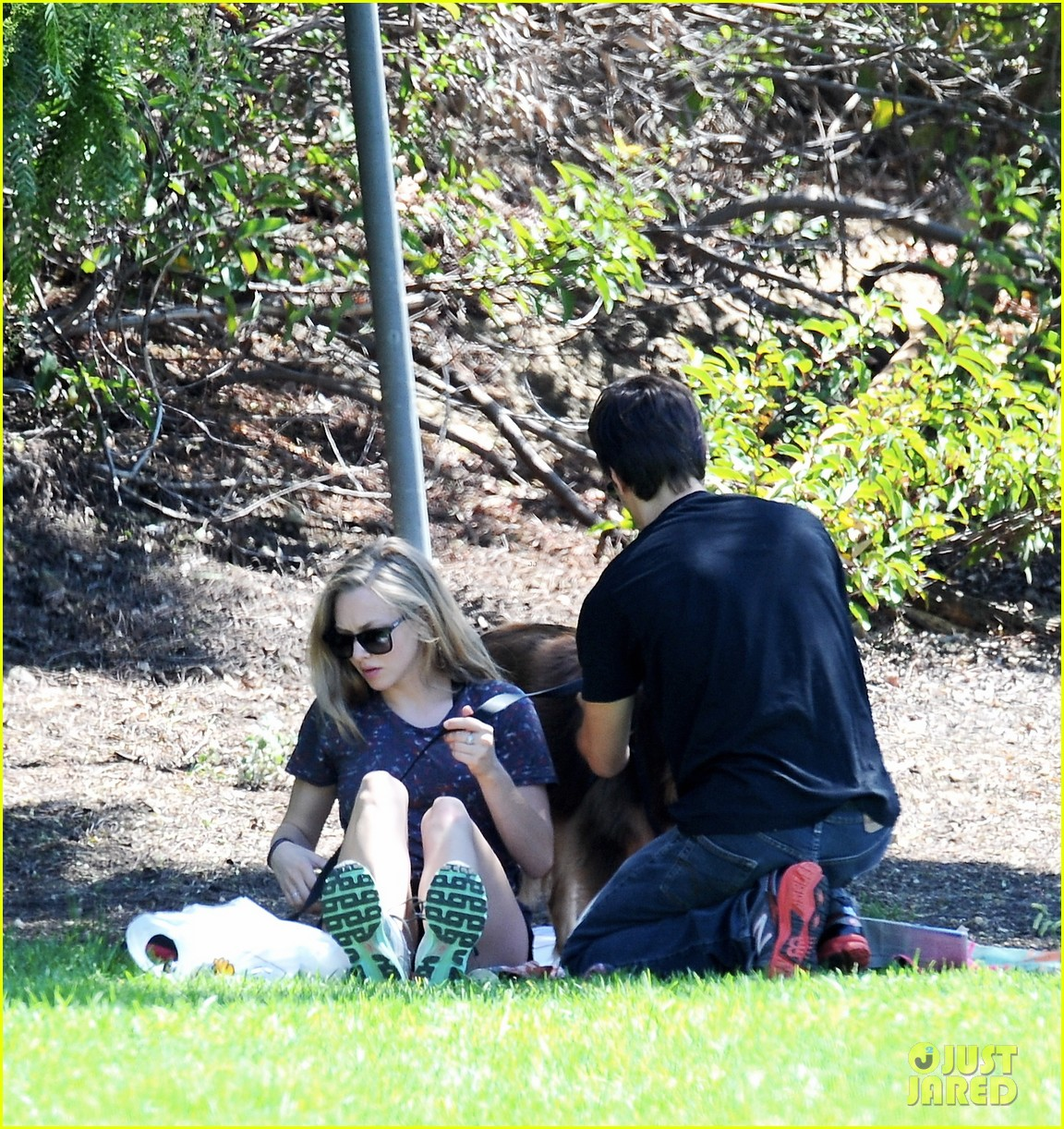 amanda seyfried justin long weekend outing with finn 102941443