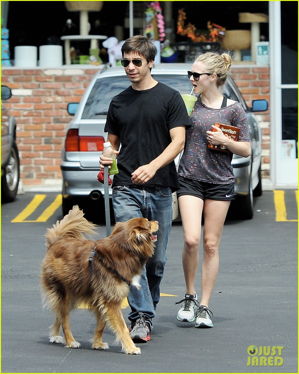 amanda seyfried justin long weekend outing with finn 172941450