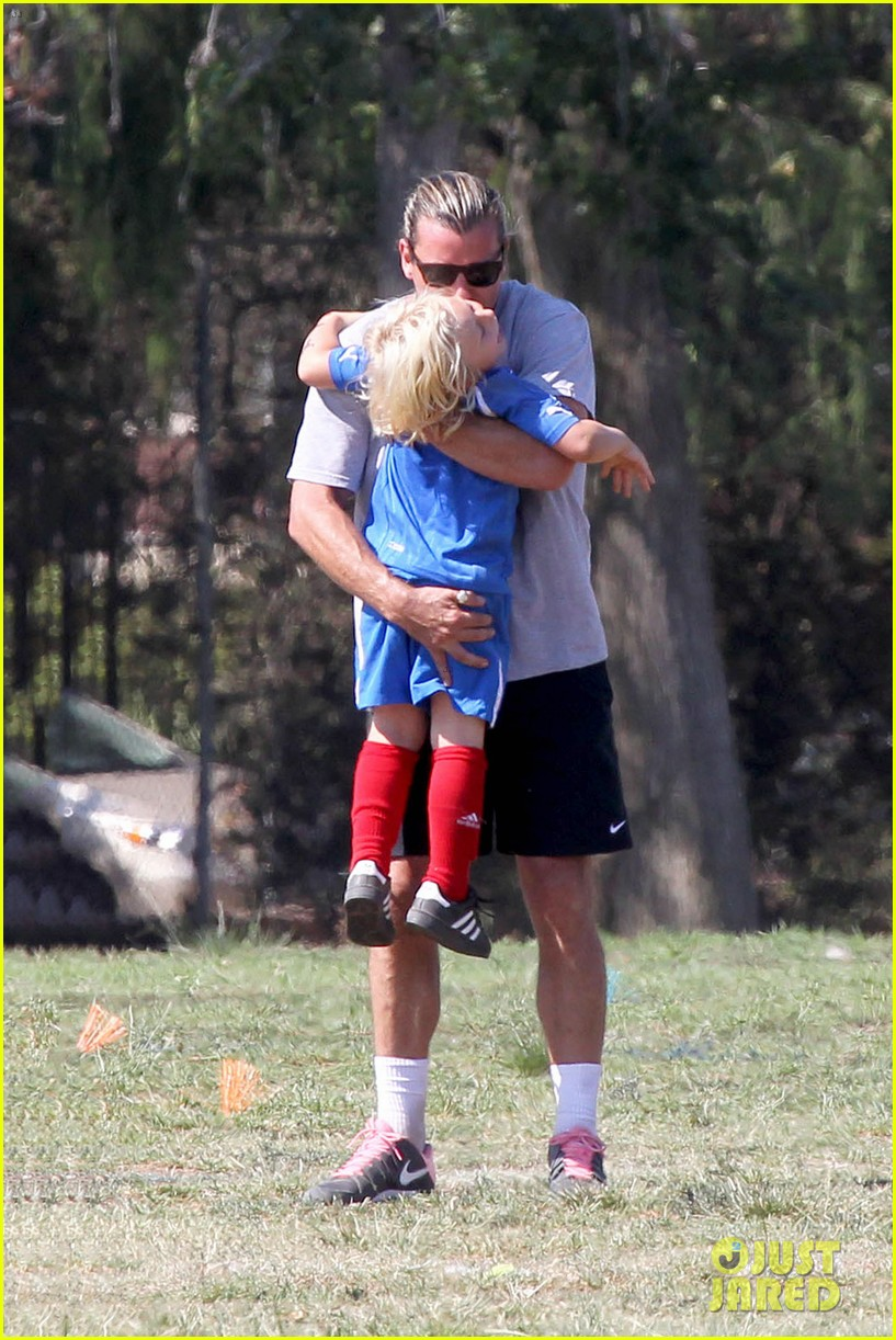 gwen stefani mommy duties with kingston and zuma 052954070