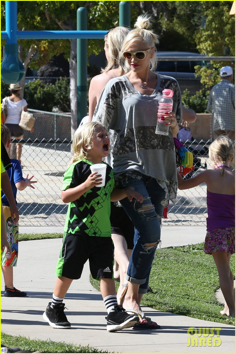 gwen stefani mommy duties with kingston and zuma 152954080